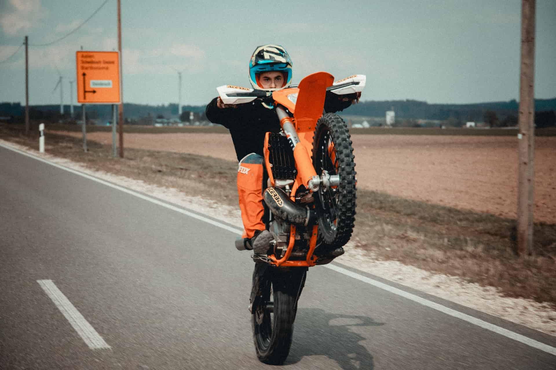 Motorrad Wheelie: Wie er funktioniert! (In 9 Schritten)