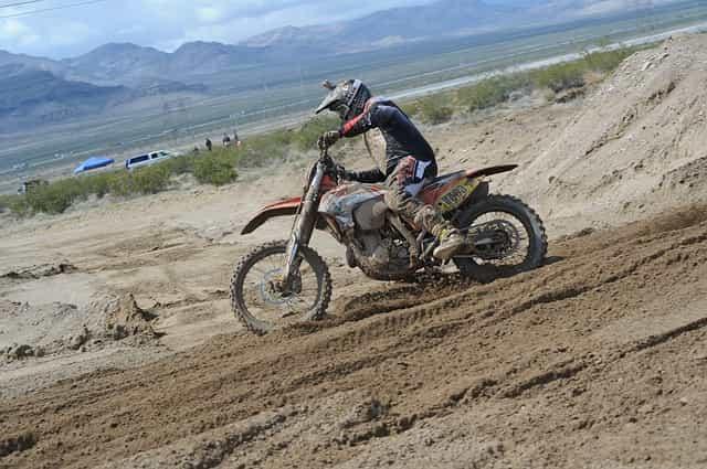 Motorrad mit Enduro/Cross Reifen im Gelände